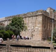 الاحتلال يواصل إغلاق الحرم الإبراهيمي بحجة احتفالات المستوطنين