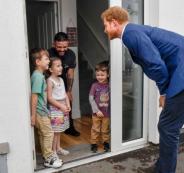 طفلة تمنع أمير بريطاني من دخول منزلهم قبل أن يسمح حذائه!