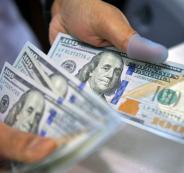 الدولار يتراجع إلى أعلى مستوى له منذ عام