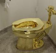 لصوص يسرقون مرحاض  ذهبي