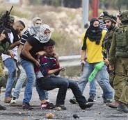 الجيش الاسرائيلي يعذب الفلسطينيين خلال اعتقالهم