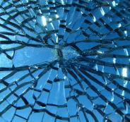 اكتشاف مادة يمكنها إصلاح الزجاج المكسور بكل سهولة