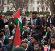 الكوفية الفلسطينية على رؤوسهم.. المئات يؤدون الجمعة أمام البيت الأبيض