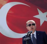 رجل يهاجم أردوغان من أجل عناقه