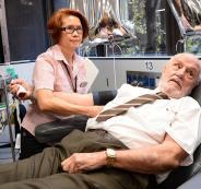 رجل 81 عاماً أنقذ حياة 2.4 مليون رضيع بدمه