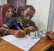 صرف منح مالية قطرية في قطاع غزة