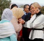 مزارعة مغربية تقبل يدي ايفانكا ترامب