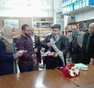 عروسان من نابلس يعقدان قرانهما في مكتبة