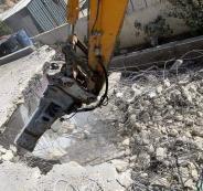 مواطن يهدم منزله في القدس