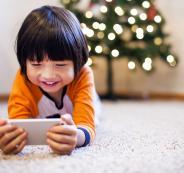 طفل يغلق هاتف والدته