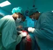 طبيب فلسطيني ينقذ طفلا من الموت المحقق