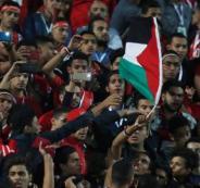 مصري يرفع العلم الفلسطيني