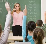 معلمة درست 19 عاماً بشهادة مزورة تعيد جميع رواتبها!