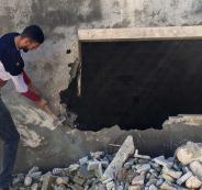 فلسطيني يهدم منزله ذاتيا
