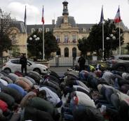 السلطات الفرنسية تعلن أنها ستمنع المسلمين من الصلاة في أحد شوارع باريس