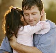 فوائد حضن الوالدين لأطفالهما