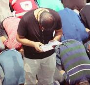 مسيحي ادى الصلاة مع المرابطين بالاقصى