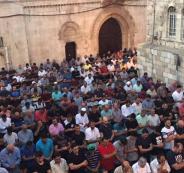 آلاف المقدسيّين يؤدون الصلاة بمحيط الأقصى رغم إجراءات الاحتلال