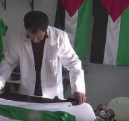 شاب تونسي يصنع أعلام فلسطين ويوزعها مجاناً على المدارس