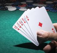 القبض على 20 شخصا يلعبون الورق داخل صالون حلاقة في رام الله