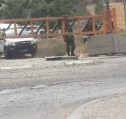 الاحتلال ينصب بوابة حديدية على مدخل بلدة إذنا الشمالي