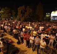 عشرات الآلاف يؤدون صلاة التراويح في رحاب المسجد الأقصى المبارك