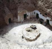 تونسيون يعيشون في كهوف تحت الأرض ومحفورة في الصخر منذ قرون