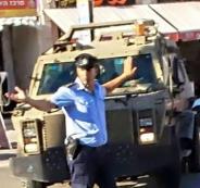 شاهد: شرطي فلسطيني يجبر دورية عسكرية على الالتزام بقوانين السير