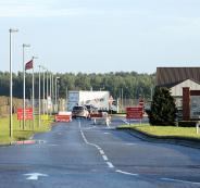 سيارة تحاول اقتحام قاعدة عسكرية أميركية في بريطانيا