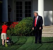 صبي عمره 11 عاما حقق حلمه بجز عشب البيت الأبيض