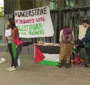 طلاب في جامعة بريطانية يضربون عن الطعام