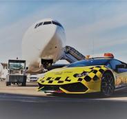 طائرة تلاحق سيارة لامبورغيني