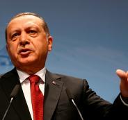 أردوغان يطالب أمريكا بتفسير لرفع صورة زعيم حزب العمال الكردستاني في الرقة