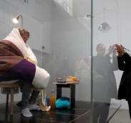 فنان فرنسي يحاكي الدجاج ويحضن عشر بيضات