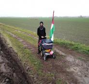 سويدي يسير على اقدامه الى فلسطين