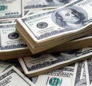 الدولار قرب أدنى مستوى في عام.. والذهب مستقر