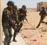 الجيش المصري يدمر سيارات محملة بالأسلحة عبر الحدود الغربية