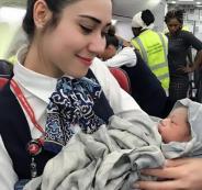 سيدة تضع طفلتها على ارتفاع 13 ألف متر