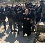 اعتقال نساء من امام باب الرحمة
