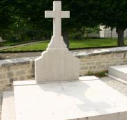حطَّم الصليب وأهان فرنسا.. غضب فرنسي واسع بسبب قيام مجهول بتحطيم قبر رئيس فرنسا الراحل
