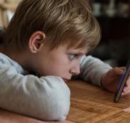 دراسة: استخدام الهواتف الذكية قبل النوم يؤثر على صحة الأطفال