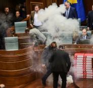 نواب يلقون قنابل غاز مسيلة للدموع داخل برلمان كوسوفو