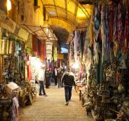 تجار يغلقون محلاتهم في القدس خشية فرض مبالغ خيالية بحقهم من قبل الاحتلال