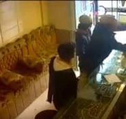 شاهد.. مقطع فيديو للحظة قيام عصابة متمرسة بقتل وسرقة صاحب محل ذهب في مصر
