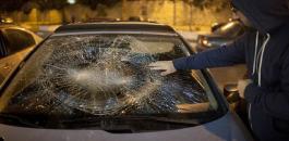مستوطنون يحطمون مركبات المواطنين امام حاجز حوارة جنوب نابلس