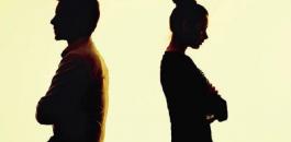 سيدة تطلب الطلاق من زوجها لانه يساعدها في اعمال المنزل