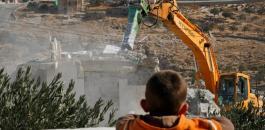 فلسطيني يهدم منزله في بيت لحم