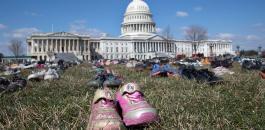 أمريكيون يضعون 7000 حذاء لأطفال
