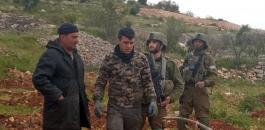 الاحتلال يجبر مواطنا على مغادرة ارضه في الخليل
