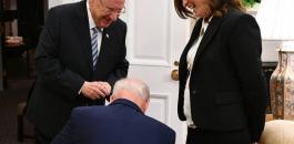الرئيس الامريكي يركع امام مديرة مكتب الرئيس الاسرائيلي